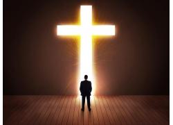 男人背影和十字架光芒