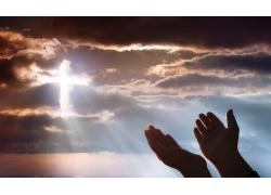 双手和天空中的十字架