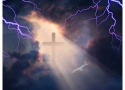 天空中的十字架和闪电