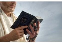 拿着圣经的男人