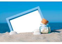 沙滩上的白板和贝壳
