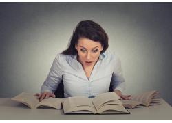 惊讶看书的女人