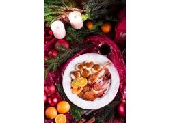 圣诞树上的蜡烛和美食