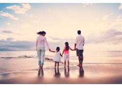 海边一家人图片