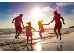 海边牵手的一家人图片