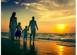 海边傍晚的一家人图片