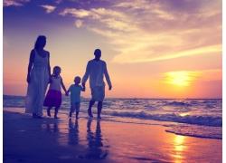 夕阳云朵和一家人图片