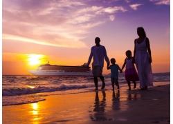 海边游船和一家人图片
