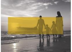 海边家人和黄色方块图片