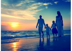 海边家人和夕阳图片