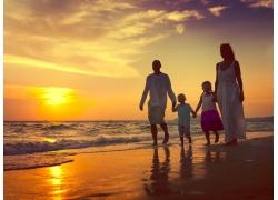 海边散步的一家人图片