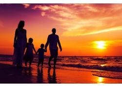 海边散步的一家人和晚霞图片