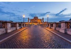 路灯照耀的城堡和街道