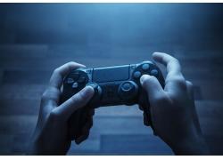 操作游戏机手柄的双手