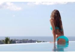 海边泳池里的美女背影图片