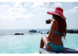 海边泳池边自拍的美女图片