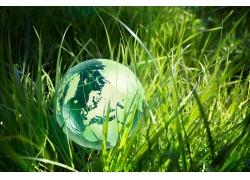 绿色草地水晶地球