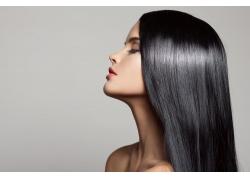 抬头的黑发美女