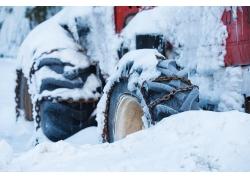 积雪覆盖报废车