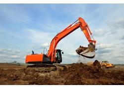 挖土的红色挖掘机