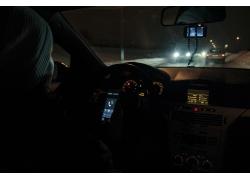 夜晚车辆里的驾驶室
