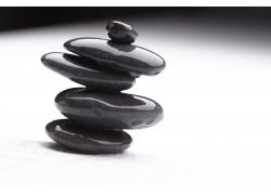 黑色石头摞一起