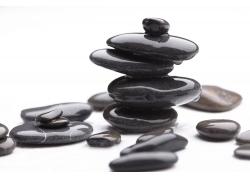 许多石头摆放一起