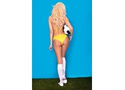草地上的金发美女和足球
