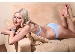 趴在沙发上的金发美女