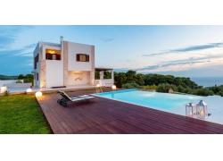 海边的别墅和泳池图片