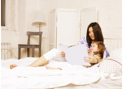 床上看书的母女图片