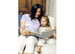 看书的母女图片