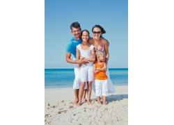 站在沙滩上的一家人图片