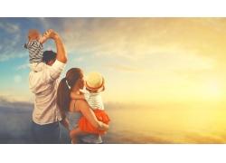 黄昏海边的一家人图片