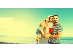 海边开心的一家人图片