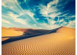 白云与沙漠
