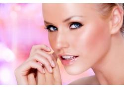 粉色背景与女人