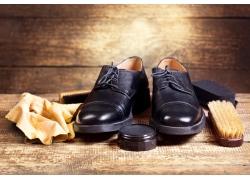 木板上的黑色皮鞋