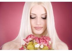 直发美女与花朵