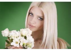 金发美女与花朵