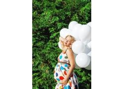 拿着气球的孕妇
