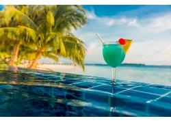 蓝色大海无边泳池图片