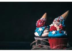 彩色的纸杯蛋糕和五角星