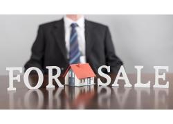 房屋模型和商务男人