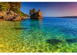 蓝色大海和山石