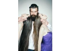 抚摸美女脖子的理发师