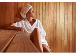 桑拿室放松的女人图片