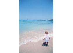 沙滩上的孩子图片