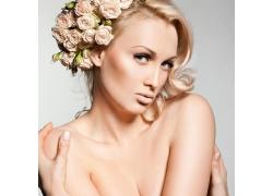 头上戴着花朵的女人