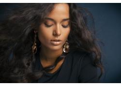 黑色头发的女人